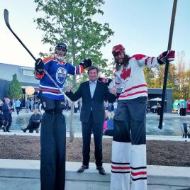 Wayne Gretzky Stilters hockey costume Hala on stilts échasses Canada