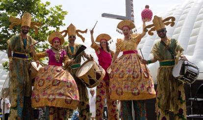 MaracaTALL drummers on stilts échasses pernas de pau maracatu toronto