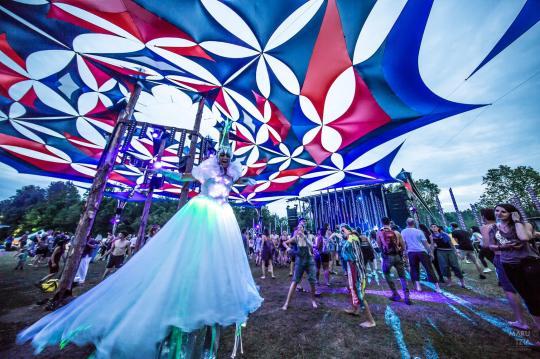 LED crystal Queen stilts costume Eclipse Festival resonance 2017 Hala stiltwalker festival entertainment