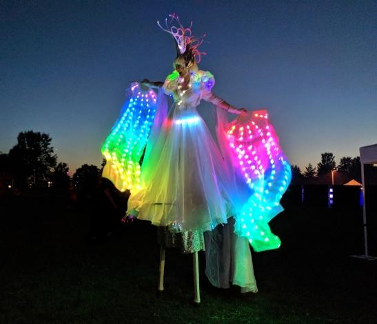 LED stiltwalker Buskerfest 2018 Hala on stilts